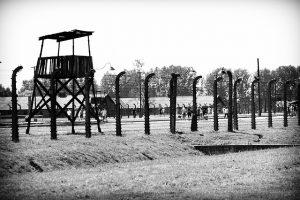 Alambrada y garita de un campo de concentración en blanco y negro