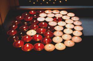 Conjunto de velas representando el símbolo del yin y el yang