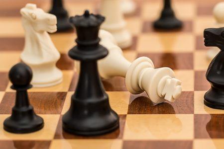 Piezas de ajedrez negras y blancas