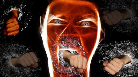 Rostro enfurecido de una persona con puño saliendo de la boca, perder el control, ira