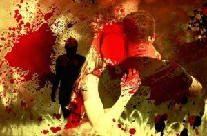 Una pareja entre manchas rojas se abraza, sombra observa al fondo, el conflicto