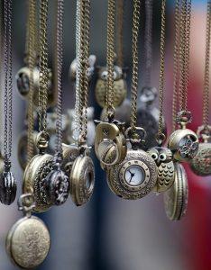 Relojes de mano de muchos tamaños que penden del infinito