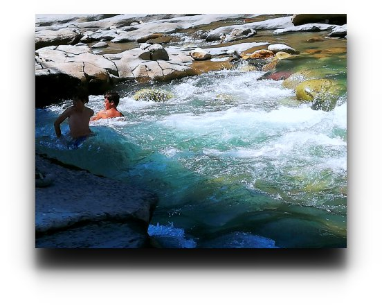 Dos niños en las aguas turbias del río Esera
