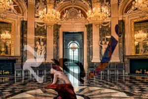 Un cuerpo semidesnudo bailando con letras en medio de un salón