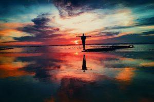 Un personaje sobre el agua y su reflejo, el desdoblamiento del narrador protagonista