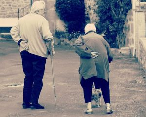 Dos ancianos en la misma postura, empatizar con el dolor ajeno