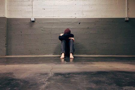 Exclusión, adolescente escondido en un garaje