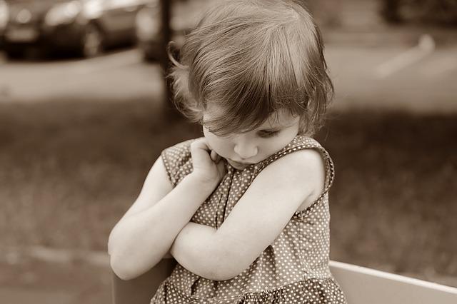 La vengüenza de una niña en el patio del colegio