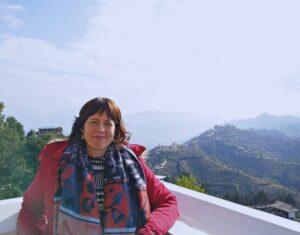 Isabel lanzando sus plegarias para 2020 en katmandú